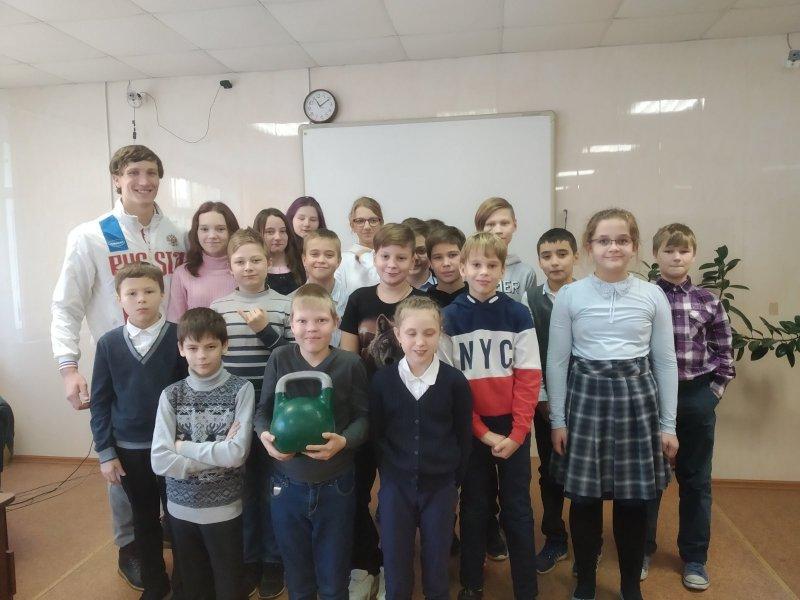 Студент ЮУрГАУ познакомил пятиклассников с гиревым спортом